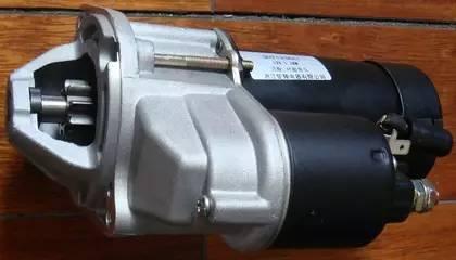 有的无分电器点火系统还将点火线圈直接安装在火花塞上方,取消了高压